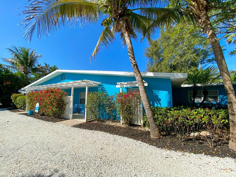 Ground Floor Condo, Three Houses from the Beach with Large Heated Pool, holiday rental in Holmes Beach