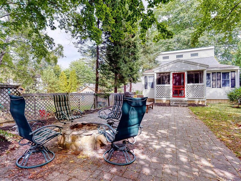 Charming dog-friendly home w/private grill and ocean views from the street, location de vacances à York Harbor