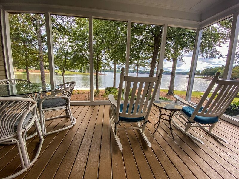 Lookout Point is only steps from Lake Oconee with breathtaking views, location de vacances à Greensboro