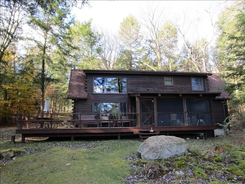 'Timber Acres' is nestled in the woods with private pond in Eagles Mere, holiday rental in Benton