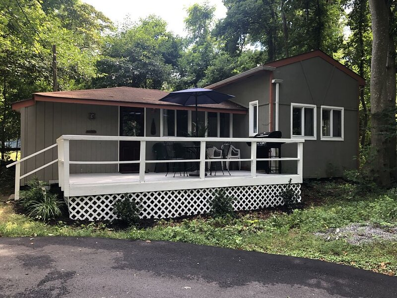 Cozy Cottage Steps from Private Beach, holiday rental in Riverhead