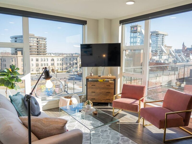 Downtown 2 bed Apartment with Rooftop Deck, holiday rental in Cheney