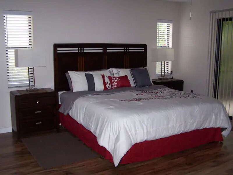 Vacation Retreat Villa/Heated Pool, Jacuzzi, Tennis/Close to Beaches, Golf, vacation rental in Gulf Gate Branch