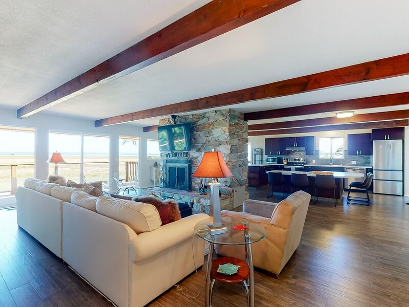 New listing! Dog-friendly retreat w/ bay views, spacious deck, & secluded feel, location de vacances à Westport