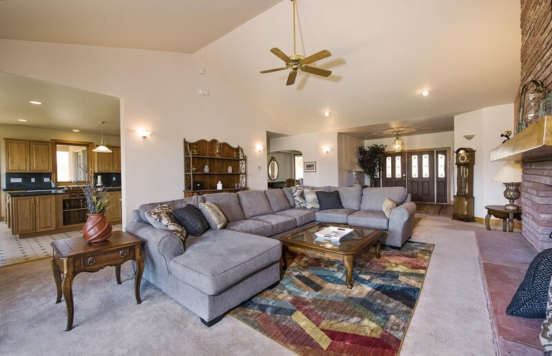 Spacious Home-Mountain & Valley Views - Dark Sky, holiday rental in Silver Cliff