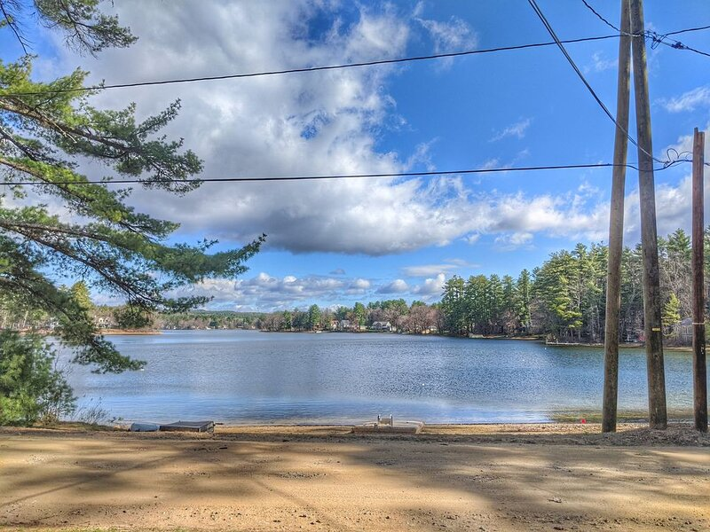 Silver Lake home that sleeps 12.  Sandy beach right across the private road., vacation rental in Northfield