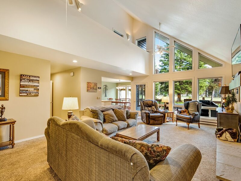 Serene, two story home on the golf course w/ a furnished deck & fairway views, location de vacances à McCall
