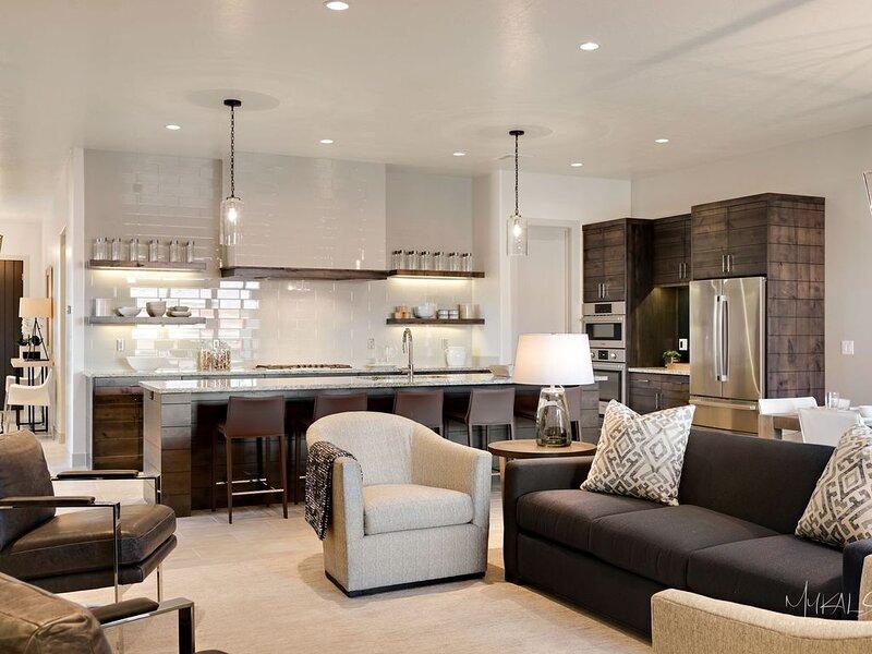 Arcadia 4 | Perfect Poolside Location * Patio BBQ * 2 Family Rooms * Deluxe Kitc, casa vacanza a Santa Clara
