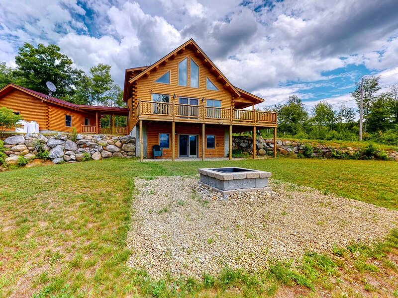 New listing! Cedar log home w/ large deck, game room & views! 2 dogs OK!, alquiler de vacaciones en Bryant Pond