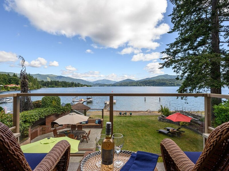 Lake Whatcom Oasis! Sunny Lake-Front Home on Private Rd w/ Sandy Beach & Dock!, alquiler de vacaciones en Bellingham