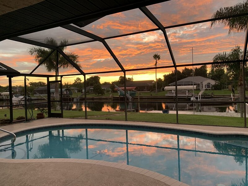 Vacation with solar heated pool.   April openings! Relax on the canal!, location de vacances à Port Charlotte