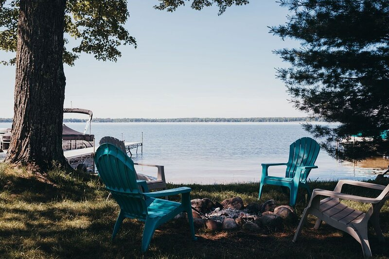 Manistee Lake Retreat with your own private beach area, aluguéis de temporada em Kalkaska County