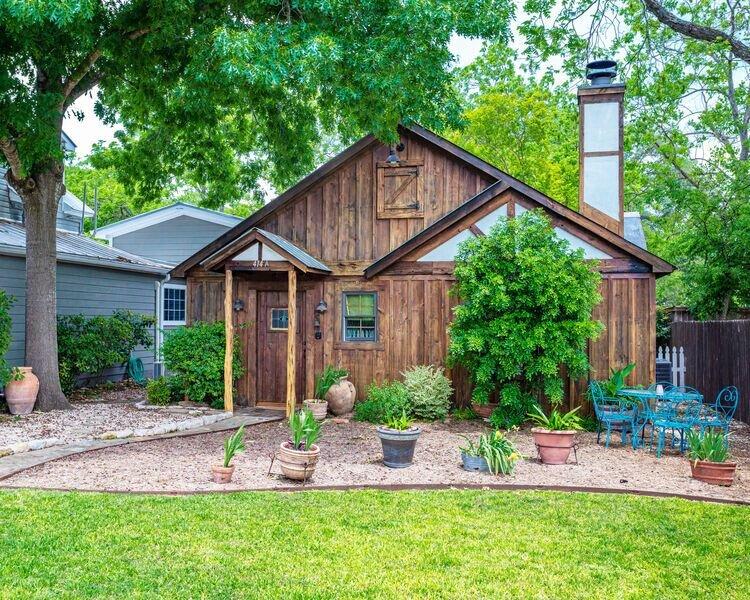 La Rouge | Romantic Cabin |  King bed | Hot tub | Walk to Main, alquiler de vacaciones en Fredericksburg