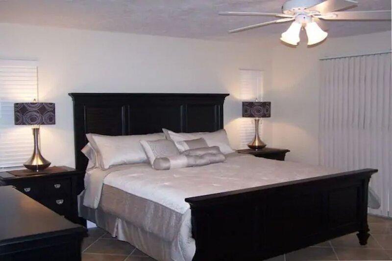 Paradise found! Heated Pool, Tennis Courts, Jacuzzi, Close to Siesta Key Beach, casa vacanza a Gulf Gate Estates