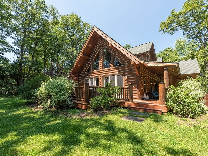 Stake a claim on District Creek! Pristine and sophisticated, this log-style dom, holiday rental in Swanton