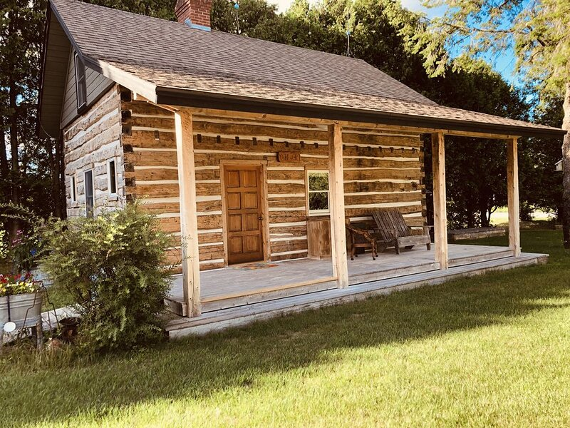 Authentic 1882 Hand Huen Log Home, holiday rental in Sturgeon Bay