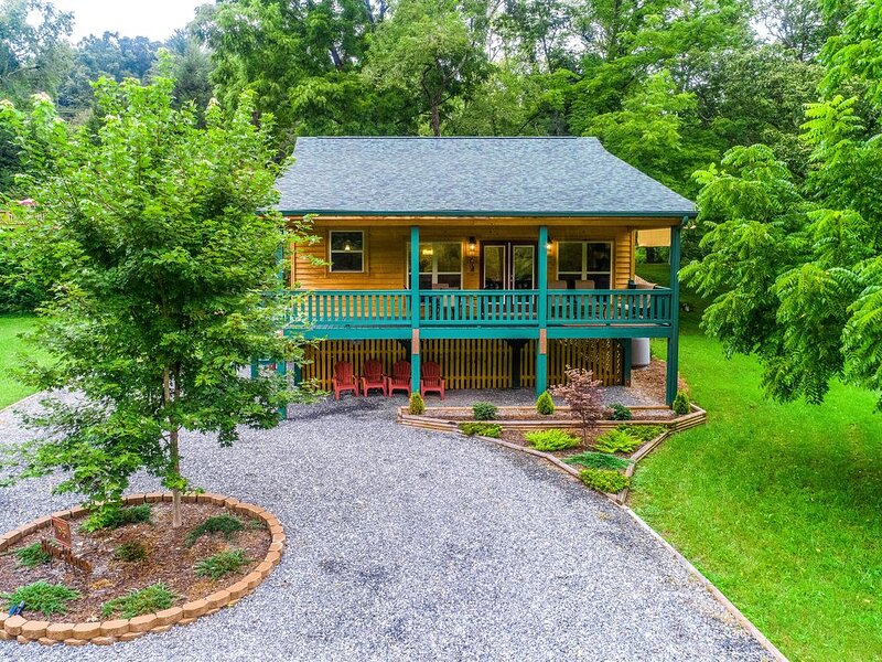 Waterfront mountain home right on the river with ample space! Dogs OK!, holiday rental in Webster