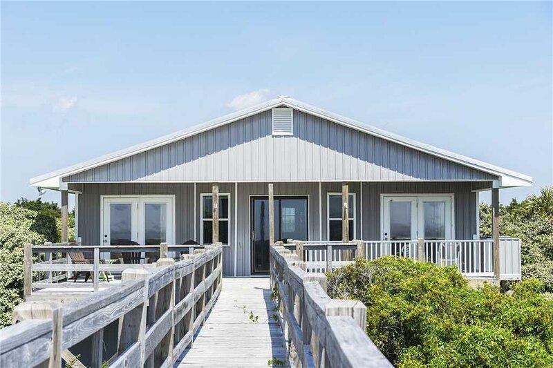 Henk's Hideaway: 4 Bed/2 Bath Oceanfront Split Floor Plan Home with View of Ligh, alquiler de vacaciones en Caswell Beach