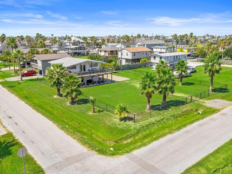 Galveston West Beach SEA ISLE - Family Beach House-Sleeps 8-10-Great Reviews, vacation rental in Jamaica Beach