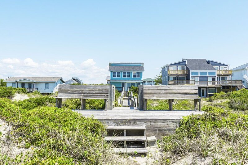 613 Caswell Beach:  Sunlit and Airy Remodeled Beachfront Home, location de vacances à Caswell Beach
