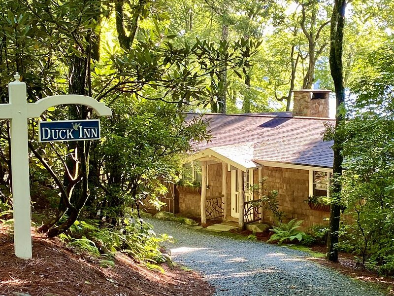 Waterfront Enchanted Cottage, Ferienwohnung in Lake Toxaway