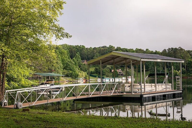 4/3 Waterfront Home with private dock and covered boat slip, sleeps 13, aluguéis de temporada em Hayesville