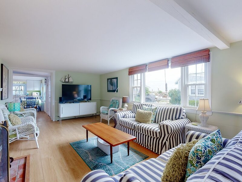 Premium Cleaned | Bayfront cottage w/ patio & wood fireplace - on the beach, nea, alquiler de vacaciones en North Truro