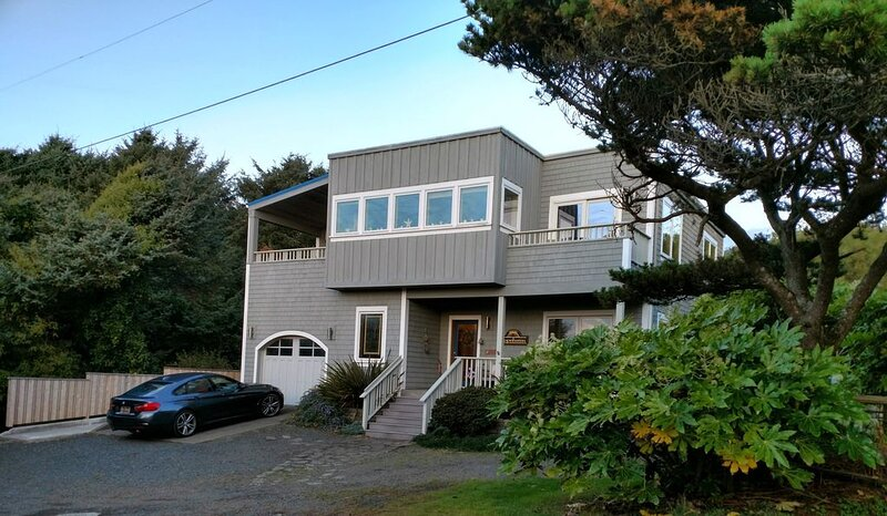 Panoramic Ocean View with hot tub, short path to beach - minutes to Cannon Beach, alquiler de vacaciones en Arch Cape