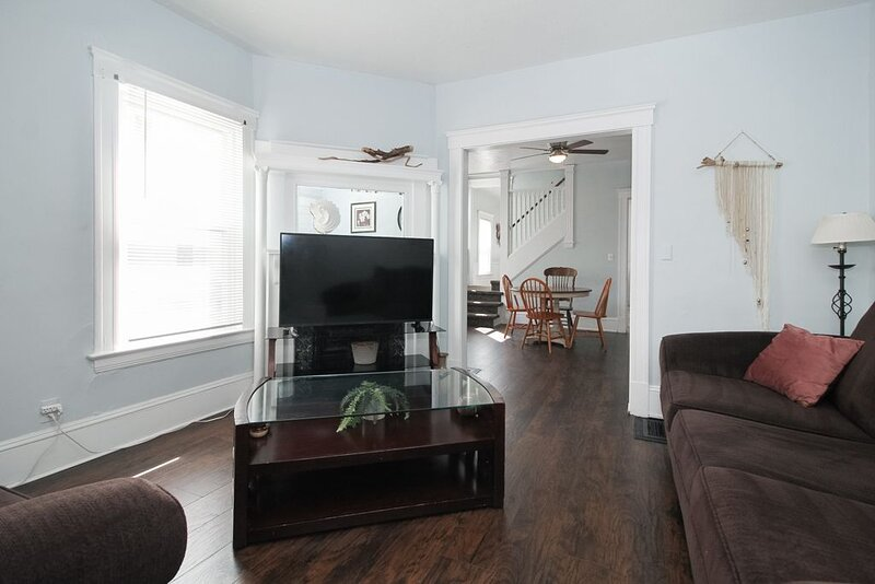 Huge Apartment! Hip Area Near Downtown -SANITIZED, holiday rental in Cleveland