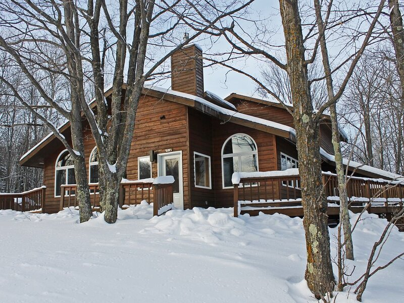 A Large Trailside Vacation Home with Gorgeous Furnishings And Indoor Hot Tub An, holiday rental in Bessemer