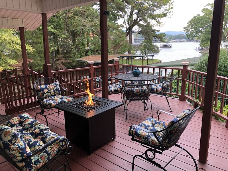 Cozy cottage w/ deck overlooking Lake Hamilton; Kayak/Pedal Boat fun available!, aluguéis de temporada em Hot Springs