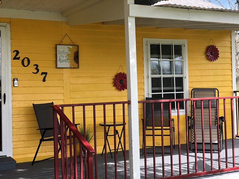 "Honr'e Cottage~  ""Near Breaux Bridge"" 3 Bedrooms with 3 queen size beds!, alquiler de vacaciones en Saint Martinville"