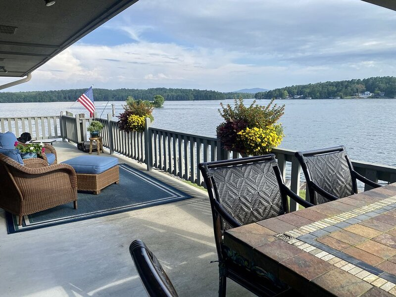 Best views on Lake Hamilton from the moment you walk in this beautiful condo., holiday rental in Lake Hamilton