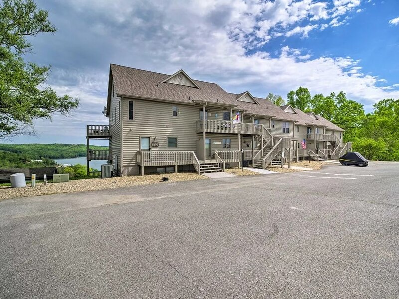 Awesome views of Norris Lake & the Greens at Deerfield from this lakeview condos, holiday rental in Duff