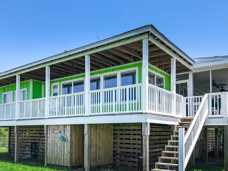 Bright, beachy, family-friendly home w/deck, WiFi, & gourmet kitchen - 1 dog OK!, holiday rental in Port Saint Joe