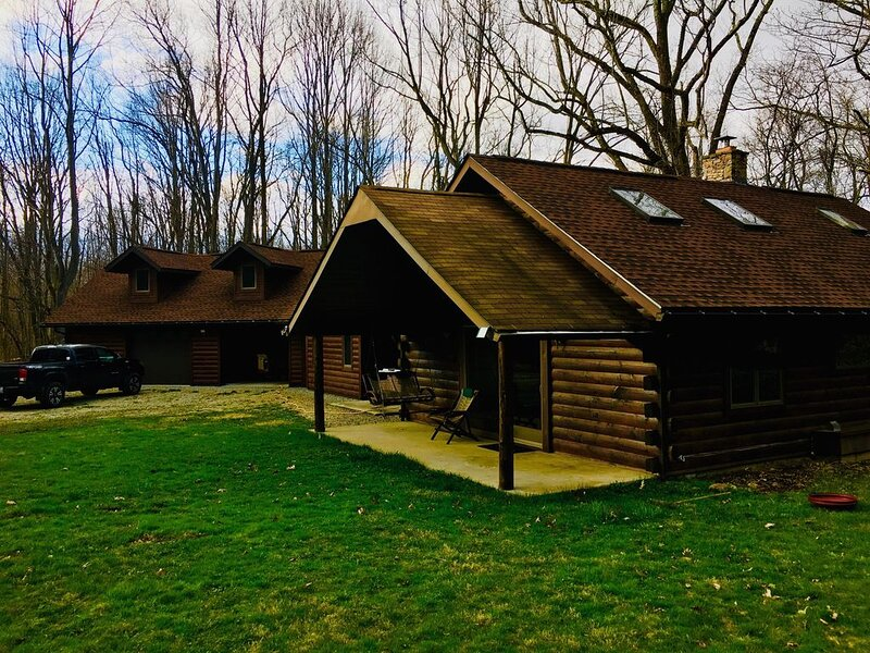 Wooded cabin in the Laurel Highlands ready for a relaxing escape or action fille, vacation rental in Champion