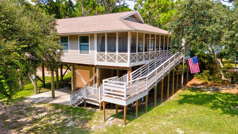 St. Teresa Beach * Hannon's Dock - Family-friendly Cottage - Wrap Around Porch, vacation rental in Carrabelle