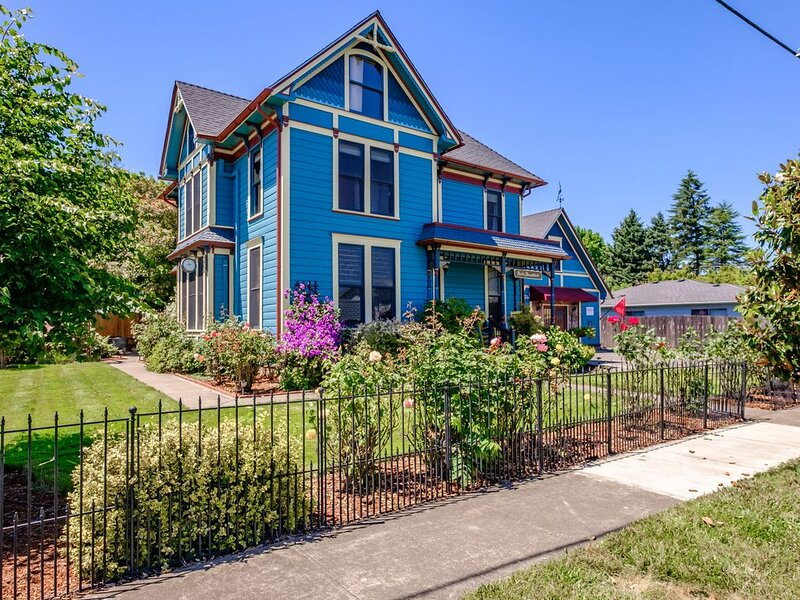 Historic Home In Wine Country Near Western Oregon University, holiday rental in Monmouth