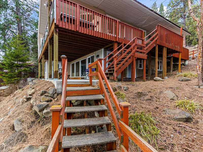 Lovely Oasis in the Trees w/Wraparound Deck, Lake View, Pool Table, & Game Room!, holiday rental in Worley
