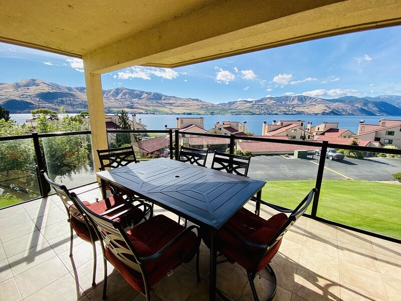 Gorgeous Lake Chelan Shores Two Bedroom, Lake View Condo (sleeps 6), aluguéis de temporada em Chelan