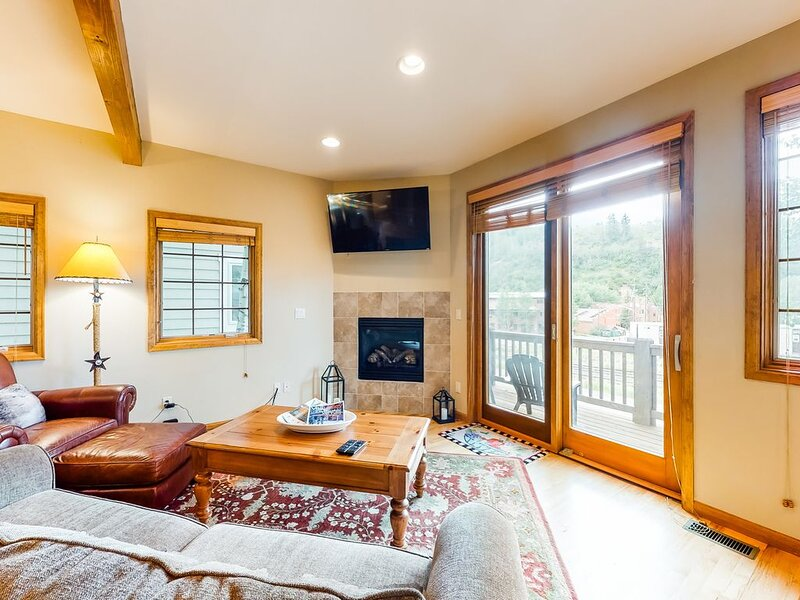 New listing! Family condo w/gas fireplace & AC - walk downtown, minutes to Vail!, holiday rental in Minturn