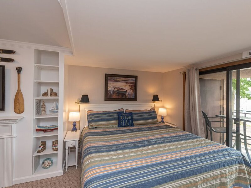 103A- beautifully decorated efficiency-style condo, balcony w/ lake views!, aluguéis de temporada em McHenry