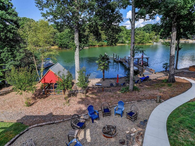 Southern Comfort- Lakefront farmhouse w hot tub, gameroom, firepit, kayaks & hal, vacation rental in Davidson