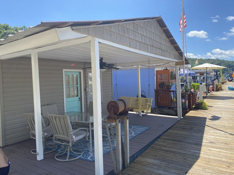 Fully loaded Norris lake floating cabin * Sequoyah. Parking steps from the car., location de vacances à Norris