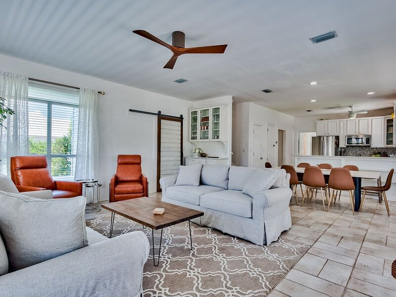 One & Only Features + Crystal Beach Desired Spot + Private Yard + Steps to Beach, holiday rental in Destin