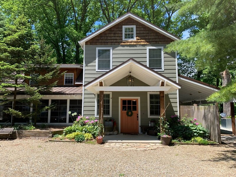 New 5-Br Home on 30 acres w/ Pool, River, Woods, Trails & Farm. Near Beach!, holiday rental in Union Pier