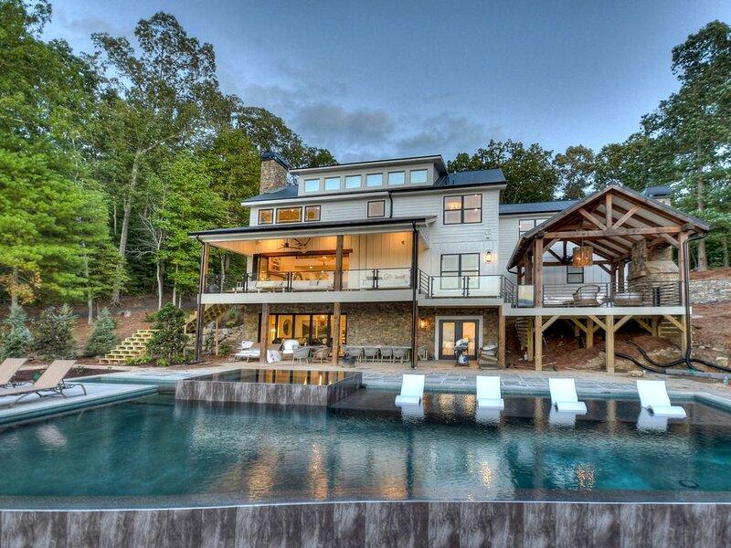 NEW LISTING! Premier Vacation Destination on Pristine Lake Blue Ridge, sleeps 16, alquiler de vacaciones en Morganton