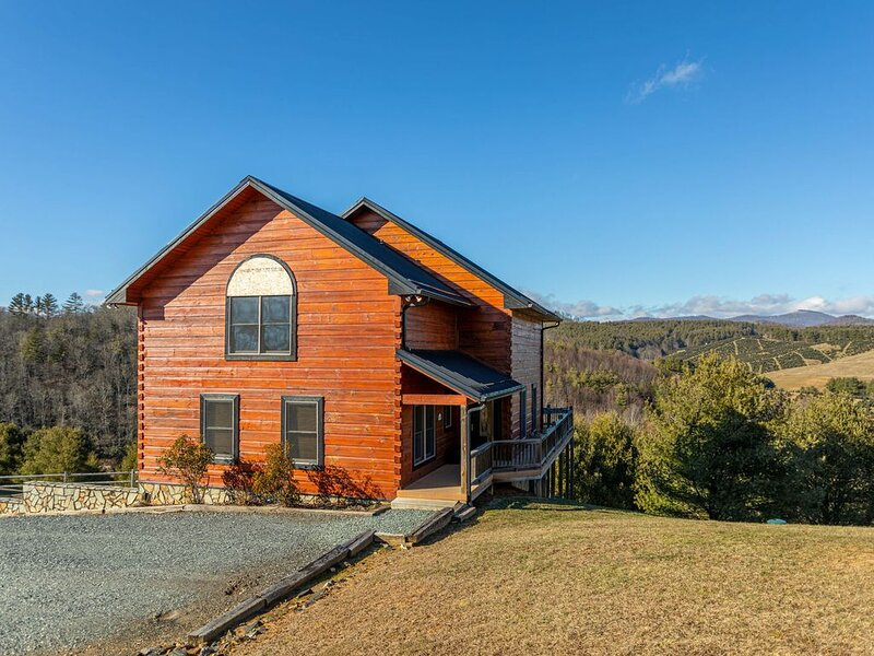 River Mountain Cabin - Close to Boone, Serene Views, with Hot Tub, location de vacances à Todd