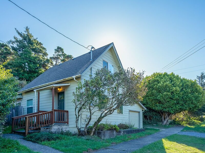Vintage coastal cottage w/ free WiFi & incredible in-town location, dogs OK!, location de vacances à Port Orford