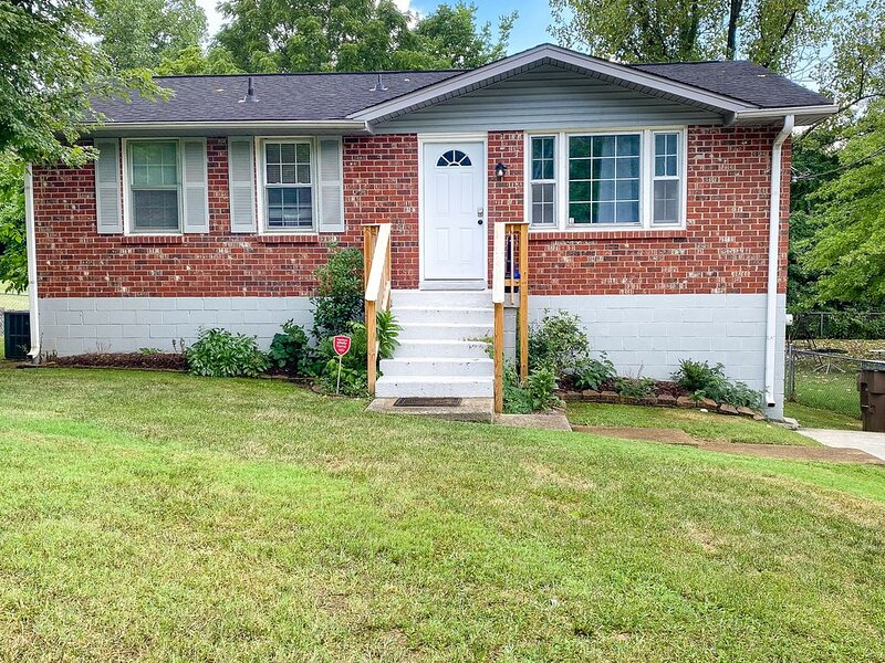 New listing! Two-level, dog-friendly getaway w/ a large backyard - near downtown, holiday rental in Whites Creek